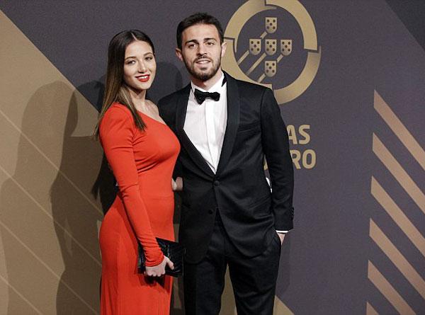Bernardo Silva (Man City) và nửa kia trong lễ trao giải. Tiền vệ 23 tuổi xếp sau C. Ronaldo trong cuộc đua Cầu thủ hay nhất năm của Bồ Đào Nha.