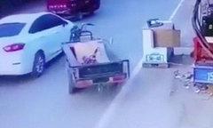 Xe ba bánh không người lái tự lao ra đường đâm vào ôtô
