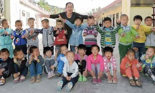 Cô giáo đỡ đầu hơn 300 trẻ em xa cha mẹ ở nông thôn Trung Quốc