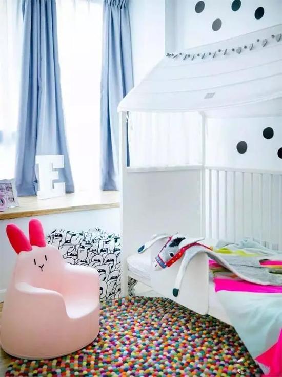 Phòng ngủ của con gái với gam màu trắng, hồng dễ thương.