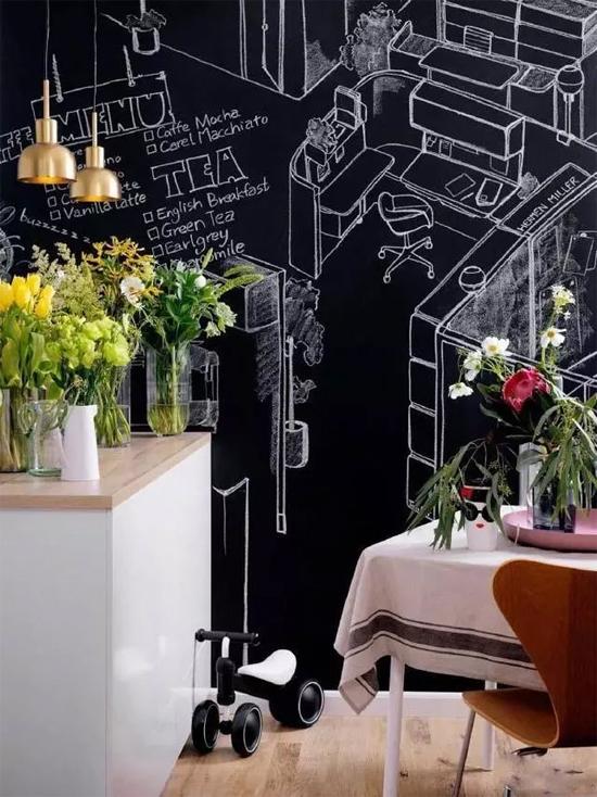 Chiếc bảng đen chiếm cả bức tường, nơi con gái thỏa sức vẽ vời.