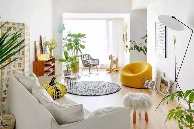 Phòng khách với gam màu tươi sáng, điểm nhấn là những chiếc ghế màu vàng, giúp không gian thêm sáng và trẻ trung. Yêu thiên nhiên, cây cỏ nên Hoa hậu dành rất nhiều góc trong nhà để đặt các chậu câycảnh.