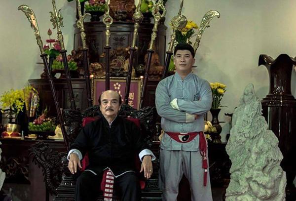 Võ sư Nam Anh Tuấn chụp ảnh cùng sư phụ Nam Anh. Ảnh: FB.
