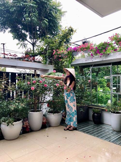 Chị Thùy Linh có tình yêu đặc biệt với hoa hồng từ thời con gái. Khu vườn này được chị chăm chút khoảng 10 năm trở lại đây. Hiện bà mẹ ba consở hữu khoảng 70 gốc hồng đủ loại; chủ yếu là hồng cổ Sa Pa, hồng cổ Hải Phòng, hồng đào cổ, bạch ho, hồng quế, tường vi và một số giống hồng ngoại.