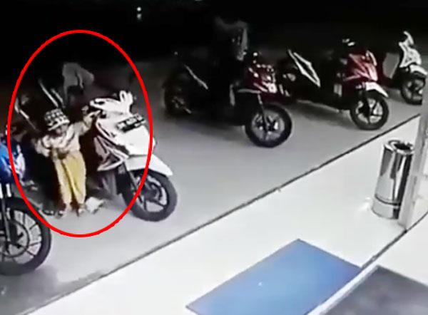 Em bé vô tình vặn tay ga khiến xe máy đâm vỡ cửa kính siêu thị
