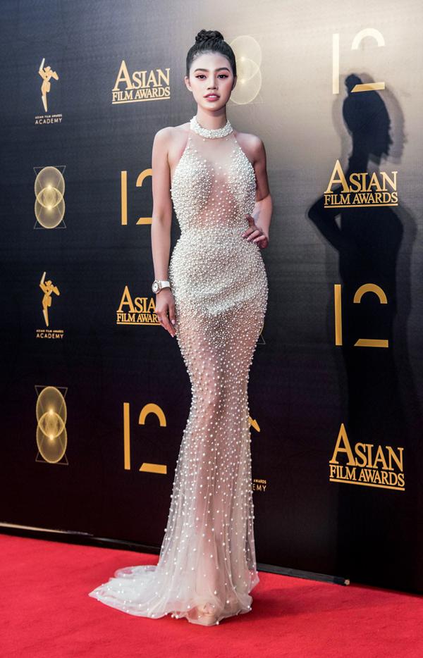 Jolie Nguyễn khoe dáng đồng hồ cát tại Lễ trao giải thưởng điện ảnh châu Á lần thứ 2. Cô là nghệ sĩ Việt duy nhất dự sự kiện này.