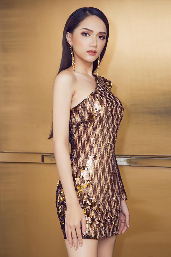 Hoa hậu Hương Giang mặc 4 bộ váy gợi cảm quay quảng cáo ở Thái Lan - 2