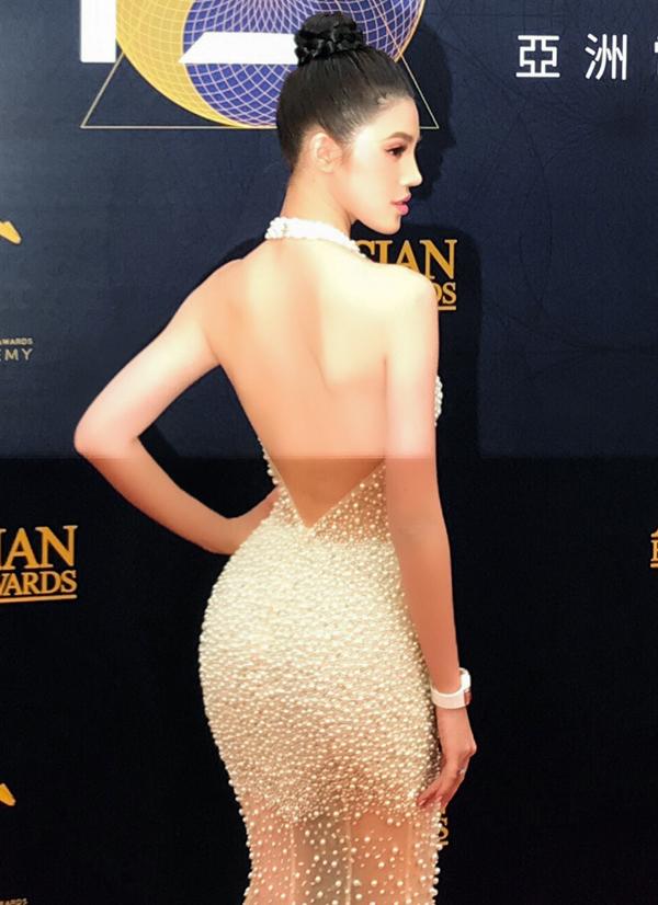Jolie Nguyễn tiết lộ đã dậy từ 1h sáng để trang điểm, làm tóc, thay đồ. Cô mất 16 tiếng chuẩn bị, di chuyển từ Việt Nam sang Macau nhưng vẫn giữ được thần thái tươi tắn, rạng rỡ.