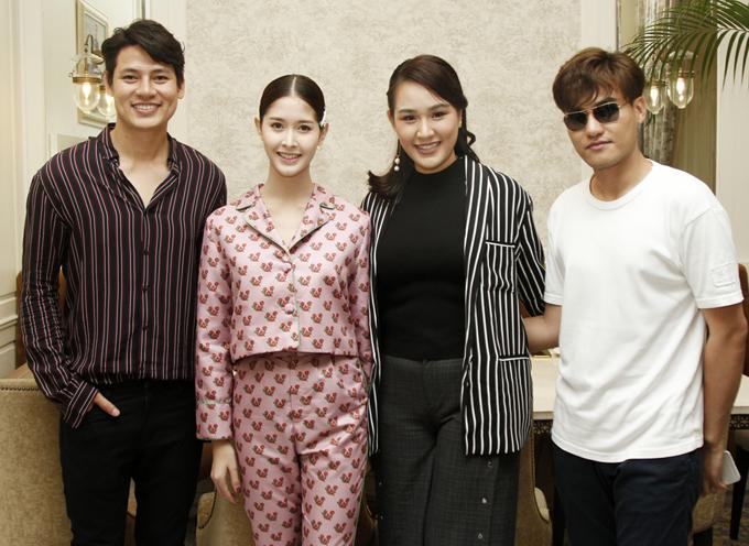 Á hậu châu Á tại Mỹ 2012 Châu Mộng Như (thứ ba từ trái sang) có mặt trong buổi gặp gỡ thân mật của Khôi Nguyên và hai mỹ nhân chuyển giới của Thái Lan và Brazil.