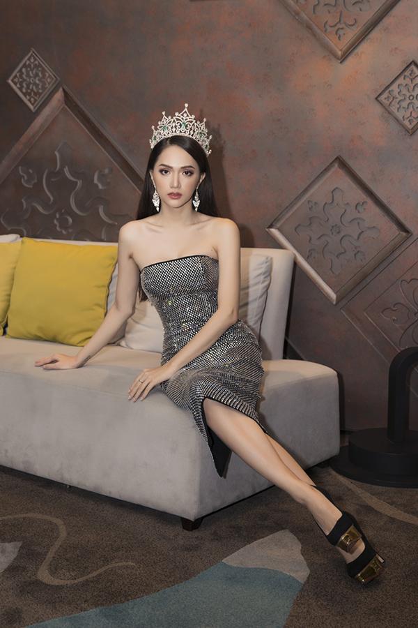Hương Giang diện tới 4 bộ váy đều bó sát, khoe vai trần và vóc dáng quyến rũ.