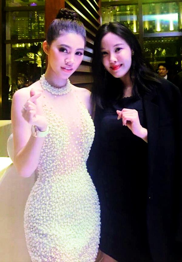 Thành viên nhóm T-ara Hyomin ăn mặc kín đáo chụp ảnh cùng Jolie Nguyễn.