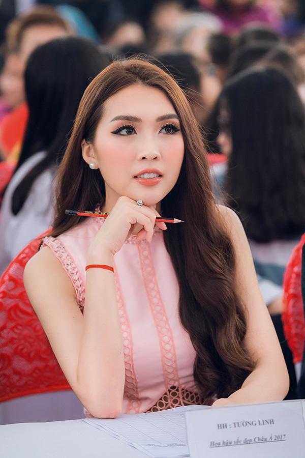 Tường Linh cũng làm Giám khảo cuôc thi Miss Sakura do nhà trường tổ chức. Cô chăm chú theo dõi phần thi của các em và cùng tham gia tìm ra những cá nhân xuất sắc nhất.