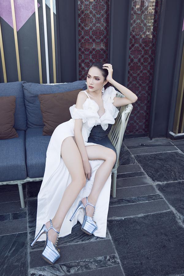 Cuối tuần qua, Hương Giang đã về Việt Nam hai ngày để gặp gỡ giới truyền thông trong nước. Sau khi nhận lời phỏng vấn, giao lưu với hàng chục kênh truyền thông, cô vội vã trở lại Thái Lan để làm việc. Cuối tuần này Hoa hậu lại về nước.