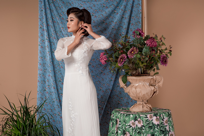 Ngoài đặc điểm trên, trang phục cho dịp này vẫn cần đảm bảo tính thanh lịch, kín đáo. Trang phục cách tân từ chiếc áo dài dân tộc kết hợp cùng chân váy xếp ly dài tới bụng chân được nhiều cô dâu lựa chọn trong những mùa cưới gần đây.