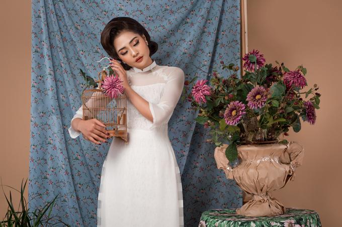 Cô dâu có thể chọn trang phục màu trắng, đỏ, hồng phấn... với những chi tiết cách điệu ở cổ, tay hay họa tiết trang trí tùy theo đặc điểm hình thể, nước da hoặc cá tính.