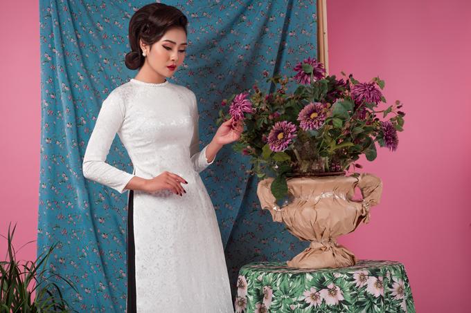 Chất liệu của những thiết kế này cũng vô cùng đa dạng, từ gấm in họa tiết tới lụa mỏng, lụa taffeta... Trong đó, các chất liệu có độ cứng cáp vừa phải sẽ giúp chiếc áo đứng dáng và ôm lấy cơ thể cô dâu.