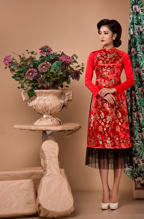 Mùa cưới xuân hè, cô dâu thường chuộng những mẫu áo dệt hoặc thêu hoa, các họa tiết gần gũi với thiên nhiên.