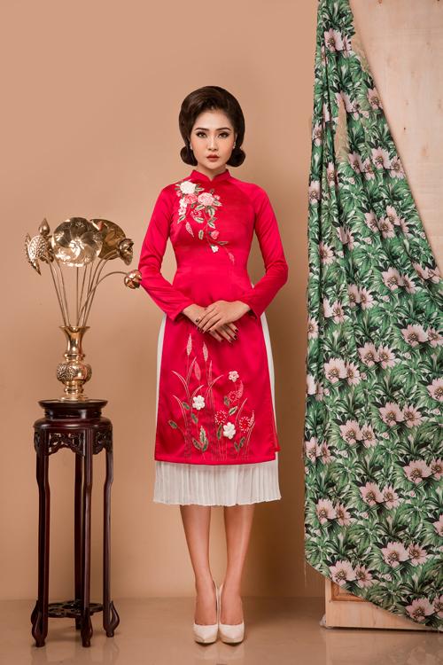 Với áo thêu họa tiết nhiều màu, cô dâu nên chọn chân váy màu sắc tương đồngvới hoa văn trang trí để tạo nét hài hòa.