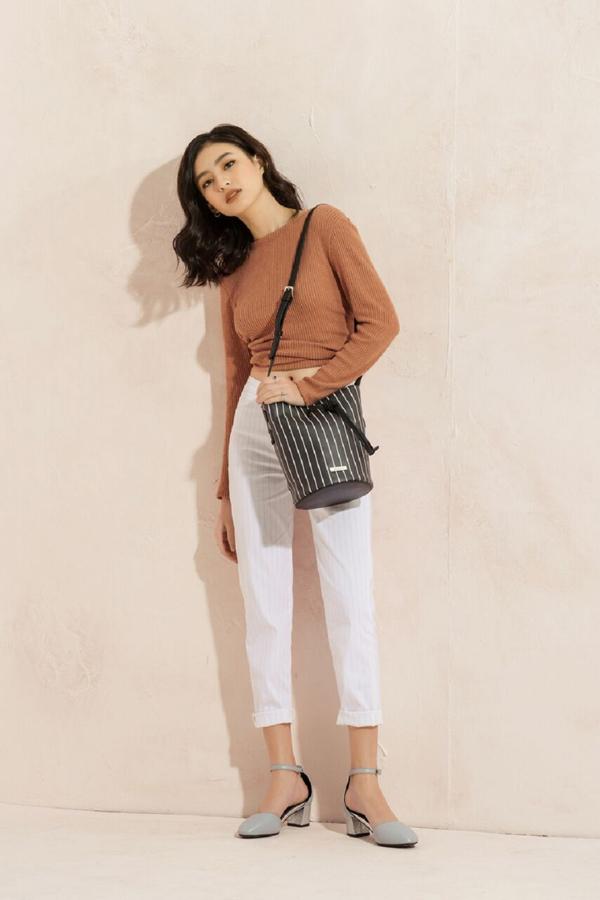 Áo thun và quần jean trắng đơn giản vẫn đủ sức giúp bạn tỏa sáng trongmùa hè khi kết hợp cùnggiày pastel trơn đế thấp.