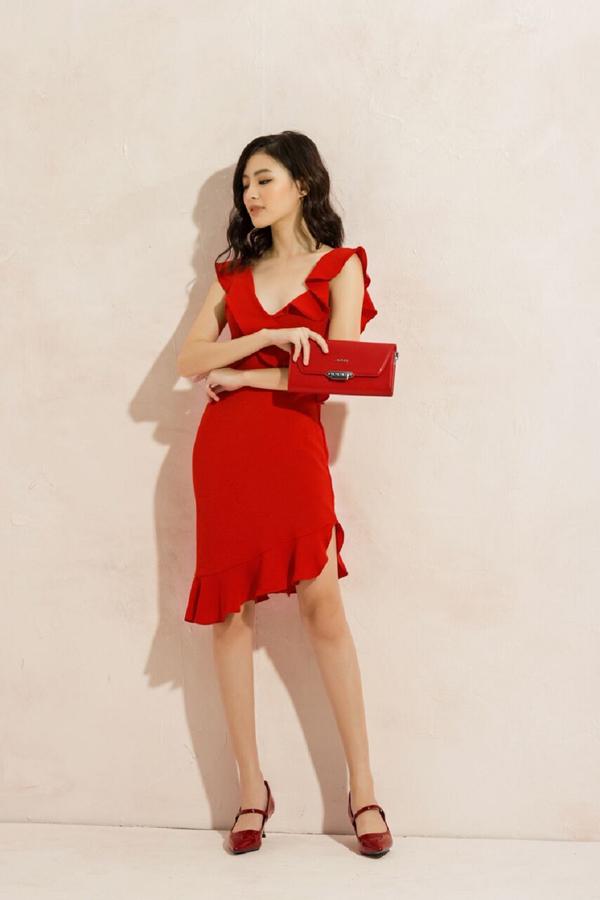 Cách an toàn nhất để bước ra ngoài với váy và túi xách đỏ là thêm một đôi cao gót cùng tôngquyến rũ. Với set đồ này, bạn sẽ trở nên quyến rũ hơn dù là nơi công sở hay khi dạo phố, hẹn hò.