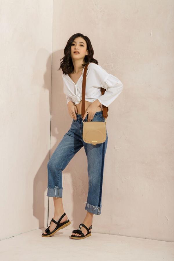 Áo croptop kết hợpquần jean lửng là lựa chọn phá cáchcho những cô nàng cá tính. Để bộ trang phục không đơn điệu, bạ có thể kết hợp cùng sandalbệt với điểm nhấnđính đá của Juno.