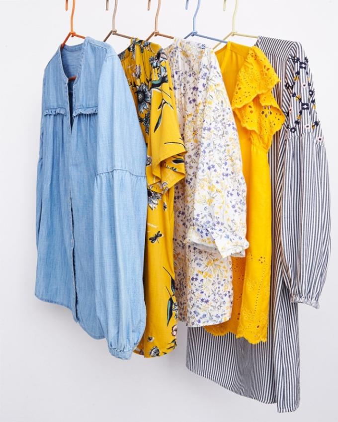 Không còn những tông màu trầm trung tính mùa Thu Đông, Xuân Hè năm nay bạn sẽ thấy hàng loạt các fashionista diện trang phục có tông màu nổi bật rực rỡ như xanh indigo, vàng, cam với họa tiết in/thêu sặc sỡ.