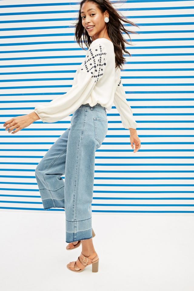 Denim được xem là thiết kế không bao giờ lỗi mốt, bạn có thể tha hồ mix&match với các loại áo thun in hình cá tính hay những chiếc áo kiểu (blouse) thêu hoa điệu đà. Phong cách Denim on Denim với sự kết hợp áo denim thêu hoa cũng trở lại mạnh mẽ mùa Xuân Hè năm nay.