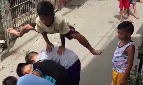 Video trẻ con rủ nhau chơi nhảy ngựa gợi nhớ tuổi thơ thế hệ 7x, 8x