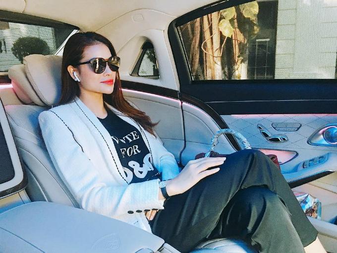 Phạm Hương ra dáng doanh nhân thành đạt, ngồi trên chiếc xe sang, thần thái sang trọng.