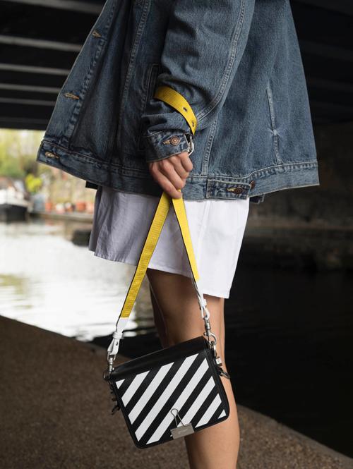Đầu mùa xuân hè 2018, túi trang trí sọc chéo trắng đen của Off White là sản phẩm được nhiều tín đồ thời trang khắp thế giới yêu thích.