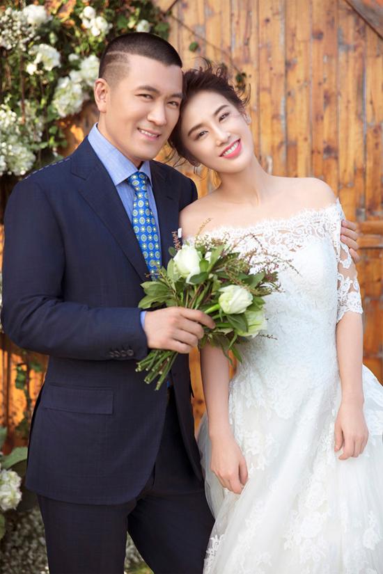 Kỷ niệm 10 năm đăng ký kết hôn, Huỳnh Thánh Y và ông xã Dương Tử thực hiện bộ ảnh cưới lãng mạn.