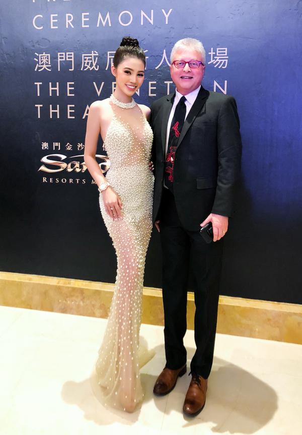 Đạo diễn phim Batman Michael Uslan lịch lãm bên người đẹp Việt.