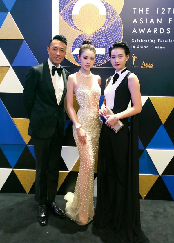 Jolie Nguyễn rất tự tinkhi đứng cạnhcác ngôi sao của châu Á. Cô đang phấn đấu trở thành nghệ sĩ đa năng của showbiz Việt.