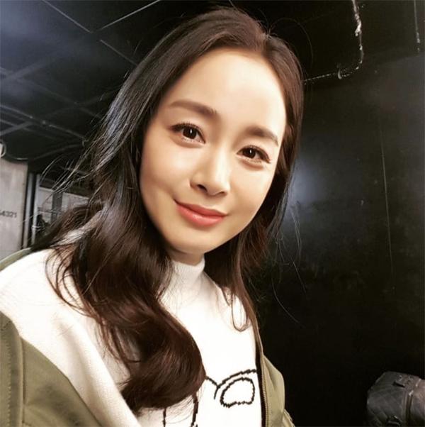 Kim Tae Hee khoe ảnh selfie xinh đẹp.