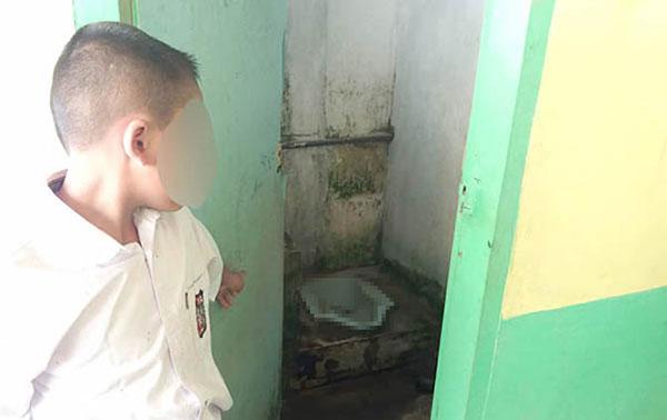 Nhà vệ sinh bẩn thỉu ở trường học làng Cempedak Lobang.