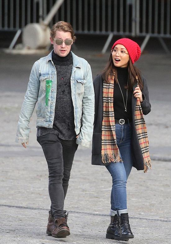 Macaulay đang hạnh phúc bên nữ diễn viên Brenda Song.