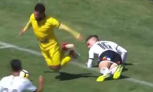 Tiền đạo Chilê ngã lộ liễu kiếm penalty