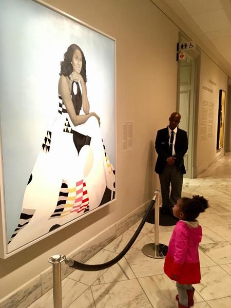 Bức ảnh Parker đứng ngắm tranh chân dung của bà Michelle gây sốt mạng xã hội. Ảnh: Instagram\