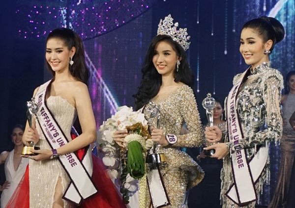 Yoshi (giữa) giành vương miện Hoa hậu chuyển giới Thái Lan 2018 nhưng chỉ về thứ ba khi dự thiMiss International Queen 2018 cùng Hương Giang của Việt Nam.