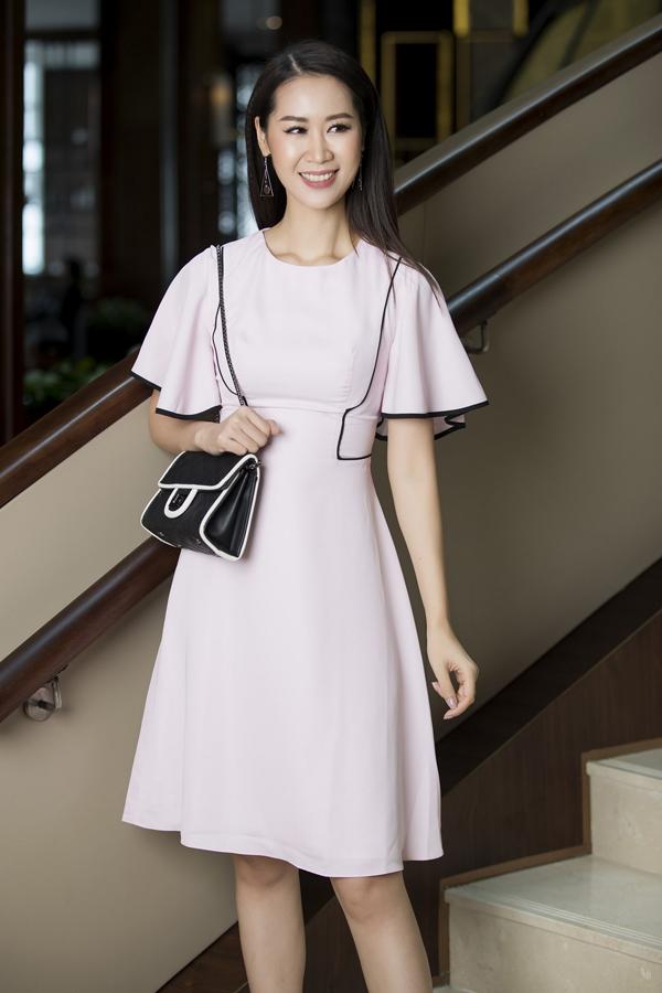 Bộ sưu tập dành cho mùa hè của nhà mốt Việt tổng hợp những kiểu váy với sắc màu và phom dáng làm nổi bật sự trang nhã cho người mặc.
