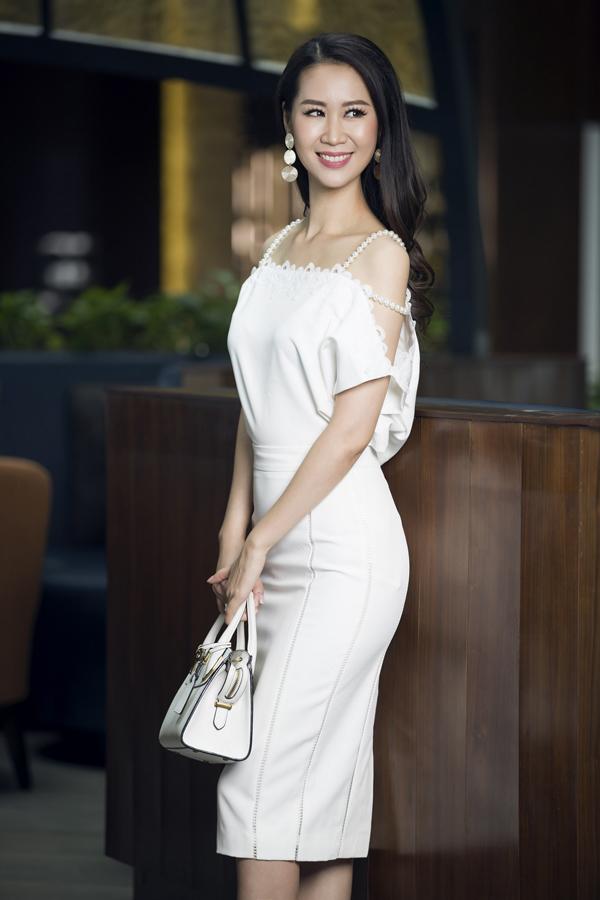 Phong cách gợi cảm nhưng không thiếu sự thanh lịch với áo lụa có những khoảng hở đi kèm chân váy bút chì tiệp màu.