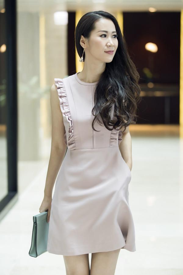 Ngoài kiểu váy bút chì thông dụng vốn được những quý cô công sở yêu thích, bộ sưu tập này còn giới thiệu thêm nhiều kiểu váy ngắn trẻ trung.