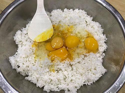 Trộn cơm trắng với trứng cho đều rồi mới đem chiên (1kg cơm với 4-5 quả trứng)