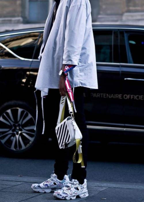 Túi hot trend được xây dựng trên chất liệu da thật với hai tông màu trắng và đen, phụ kiện đi kèm là các kiểu dây đeo chéo kẻ sọc nhiều tông màu bắt mắt.