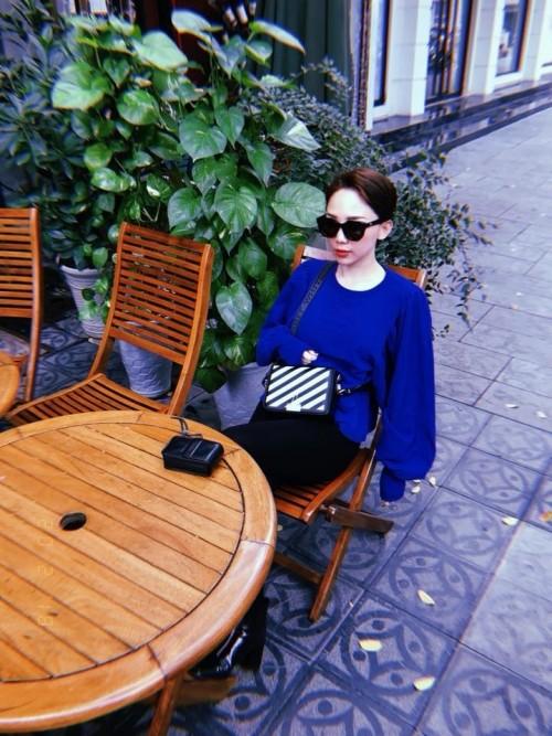 Mẫu túi hiện đại, trẻ trung và có gam màu dễ dàng phối đồ được Tóc Tiên chọn lựa cũng các kiểu trang phục street style tôn nét khỏe khoắn.
