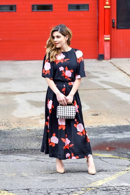 Ngoài kiểu túi kẻ sọc chéo, túi xách tay trang trí họa tiết kẻ ca rô trắng đen cũng là sản phẩm được phái đẹp thế giới ưa chuộng.