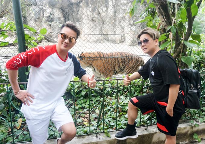 Hai nghệ sĩ đi thăm vườn thú Thái Lan, chụp ảnh với chúa sơn lâm.
