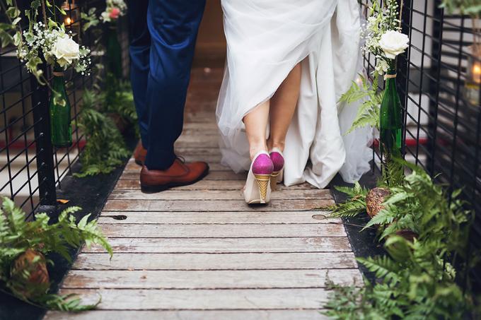 Chỉ có những người thực sự bạn yêu thương ở trong đám cưới, không cần phải là một sự kiện lớn. Bởi điều quan trọng là chính bạn, đừng làm điều gì đó chỉ vì mọi người đang thực hiện như thế.Đừng tự mình làm tất cả, hãy học cách nhờ tới sự giúp đỡ của người khác (họ sẵn sàng hỗ trợ bạn). Ngoài ra, bạn có thể lập kế hoạch cho tất cả những gì bạn muốn trước, nhưng vào ngày cưới, hãy trao quyền cho người tổ chức (wedding planner). Khi bạn đã chọn lựa kỹ, hãy tin rằng họ đủ tốt để khiến cho buổi tiệc của bạn tuyệt vời, Samatha chia sẻ kinh nghiệm tổ chức đám cưới của mình.