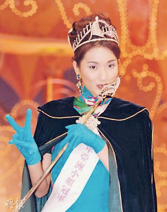 Giây phút đăng quang ngôi vị quán quân cuộc thi Hoa hậu Á Châu năm 1995 của Dương Cung Như.