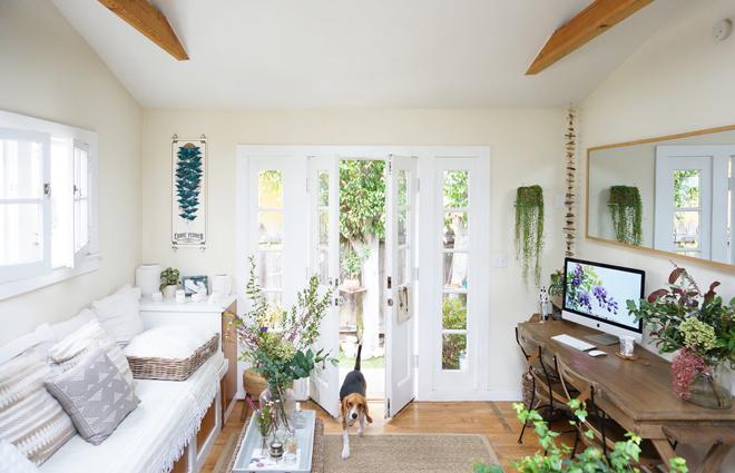 Whitney Leigh Morris là nhà thiết kế nội thất đồng thời là blogger nổi tiếng. Tuy nhiên, cô vẫn lựa chọn sống trong một căn nhà nhỏ với vườn cây xung quanh ở California (Mỹ).